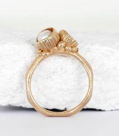 BRONZE RING MIT ZWEI BLÜTENKELCHEN. Der Ring ist in Bronze gearbeitet und mit zwei kleinen Blütenkelchen, die mit Süßwasserperlen bestückt sind, gefüllt. #handwerk #schmuckmanufkatur #manufaktur #österreich #einzelstück #boho ##bohoschmuck #perle #bronzeschmuck #blüten #handgefertigt