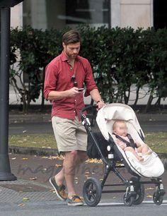 Xabi Alonso e hija Xavi Alonso, Masculine Style, Celebs, Celebrities, Gentleman, Workouts, Summer Outfits, Men Casual, Menswear