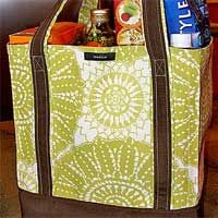 Grocery Bag Tutorial to create reusable grocery bags that are cute and good for the environment. Gone are the days of throwing out plastic bags after every grocery visit. This reusable grocery bag pattern helps you go green! Sewing Tutorials, Sewing Crafts, Sewing Projects, Bag Tutorials, Reusable Shopping Bags, Reusable Bags, Diy Sac, Fabric Bags, Quilted Bag
