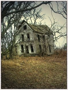 Abandoned Farm Houses, Old Abandoned Buildings, Abandoned Property, Old Farm Houses, Abandoned Mansions, Old Buildings, Abandoned Places, Abandoned Castles, Spooky Places