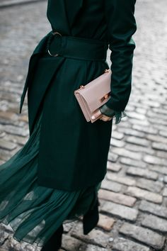 emerald city: 21 emerald pieces for winter - Damen Mode 2019 Looks Street Style, Looks Style, Style Me, Green Style, Mantel Styling, Fashion Week, Winter Fashion, Green Fashion, Woman Fashion