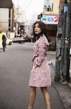 Lee Jong-suk and Han Hyo-joo show off spring trench coat styles