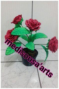Vaso de rosa vermelha em EVA
