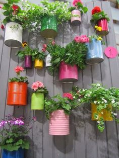 Fence Planters That'll Have You Enjoying Your Private Garden Bemalte Blechdosen Pflanzgefäße Vertical Gardens, Small Gardens, Outdoor Gardens, Outdoor Garden Decor, Diy Garden Decor, Vertical Garden Diy, Garden Whimsy, Painted Tin Cans, Paint Cans