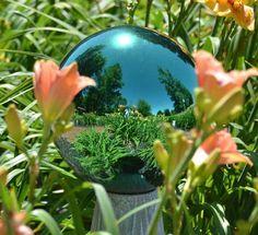 25 DIY Outdoor Mirror Ideas for Backyard Garden Mirrors, Glass Garden Art, Metal Garden Art, Outdoor Mirror, Garden Balls, Mirror Ball, Cool Mirrors, Deco Originale, Decoration Originale