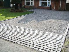 Inspiring Driveway Ideas with Pavers for an Amazing Home Exterior Driveway Apron, Driveway Edging, Resin Driveway, Diy Driveway, Gravel Driveway, Driveway Entrance, Driveway Landscaping, Rock Driveway, Driveway Blocks