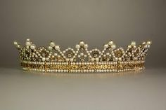 Check out this blog post if you want links to tutorials and patterns for crowns, tiaras, wreaths, hair vines and more. Most are free, but some are for a fee or kits. Not in English.