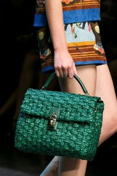 Dolce & Gabbana handbag in paglia verde smeraldo Dolce And Gabbana Handbags, Beaded Bags, Crochet Purses, Knitted Bags, Handmade Bags, Bag Making, Leather Handbags, Primavera Estate, Verde Smeraldo