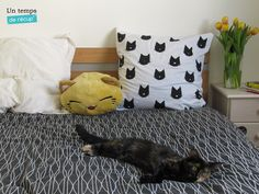 oreiller chat, réalisé à partir de pochoirs et peinture