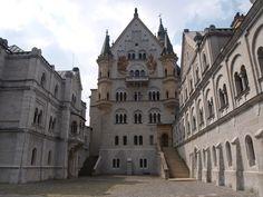 """Castillo de Neuschwanstein construido por el Rey Ludwig II sobre la peña de Hohenschwangau. Baviera. Alemania. Siglo XIX: La primera piedra se coloca el 5 de septiembre de 1864. Promedio de visitantes anual: 1,3 millones de personas. Aforo máximo alcanzado por día: 8.000 personas. Fue elegido por Disney en 1959 para ambientar """"La Bella Durmiente"""". (1600×1200)"""