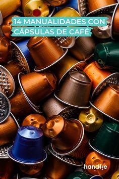 Pendientes, paneles decorativos, minijardines... Son algunas de las manualidades que puedes hacer con las cápsulas de café. Al ser fácilmente moldeables puedes crear un montón de objetos originales para regalarle a alguien o decorar tu habitación. Así que te damos 14 ideas y consejos con los que darás una segunda vida a las cápsulas de café. ☕🤩 #cápsulas #manualidades #café #ideas #DIY Nespresso, Coffee Maker, Diy, Kitchen Appliances, Crochet, Second Life, Recycled Crafts, Lamp Shades, Originals