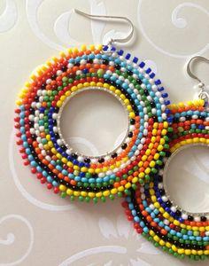 Tribal de pendientes de aro de Boho inspira grandes aros coloridos audaces Aretes de abalorios hechas con 11,0 rocallas multicolor arco iris. Estos pendientes impresionantes sin duda recibirán mucha atención. Inspirado en la joyería magníficamente hermosa y colorida de Sudáfrica. El