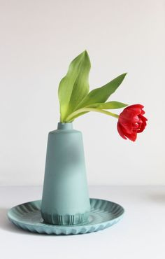 Blue ceramic vase and plate with red tulip by Dutch contemporary ceramic artist Lenneke Wispelwey