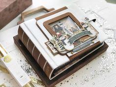 """Юлия Тищенко on Instagram: """"Мой красавчик готов выйти в свет 😃🙌🏻 __________________________________ Именно с ним я дебютирую на живом МК 25 ноября, в студии @scrap4you…"""" Large Scrapbook, Mini Scrapbook Albums, Diy Mini Album, Forest Friends, Shaker Cards, Memory Books, Album Covers, Christmas Decorations, Paper Crafts"""