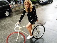 happy fixie biking in polka dots Cycle Chic, Style Outfits, Summer Outfits, Cycling Girls, Women's Cycling, Cycling Jerseys, Bicycle Girl, Bike Style, Street Style