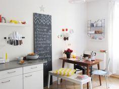Küche aktuell..., Tags Blumen + Rot + Tisch + Regal + Frühling + Kissen + Bunt + Stühle + Bank + Tafel + Frühjahr + Küche + Gelb