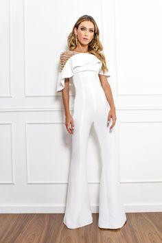 Jumpsuit all white com amarrações. Wedding Pants, Bridal Jumpsuit, White Fashion, Love Fashion, Jumpsuit Pattern, Long Jumpsuits, Overall, Look Chic, White Outfits