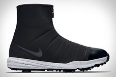 You don't plan to golf in the rain. But sometimes Mother Nature interrupts your round anyway. Make sure your feet stay protected in the Nike Lunar Bandon 3 Golf Shoe. This unusual design sports a zippered shroud with camo lining...