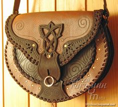 Possible Purse, Pouch, or Sporran depending on the hardware. Leather Carving, Leather Art, Leather Pouch, Leather Design, Leather Purses, Leather Handbags, Deco Cuir, Leather Tooling Patterns, Leather Projects