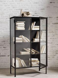 Deze gave boekenkast in de kleur zwart komt van het Scandinavische merk Nordal. Doordat er glazen deuren in de kast zitten zie je direct welk boek je nodig hebt.