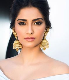 5 Exquisite Jhumka Designs for the Modern Desi Girl Indian Jewellery Design, Indian Jewelry, Jewellery Designs, Necklace Designs, Gold Jewellery, Diamond Jewelry, Sonam Kapoor, Deepika Padukone, Fashion Earrings