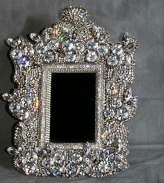 Wow!! Glitter Picture Frames, Jewelry Mirror, Mirror Mirror, Vintage Jewelry Crafts, Diy Jewelry, Glam House, Wedding Bottles, Beautiful Mirrors, Mirrored Furniture
