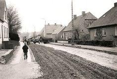 Lundevej, I 1958 var der vejarbejde på næsten samme sted på Lundevej, som på fotoet fra 1926 med damptromlen. Huset til venstre er revet ned for at give plads til plejehjemmet Solgården, som nu også er nedlagt og ombygget til ejerlejligheder. Foto: 22.04.1958