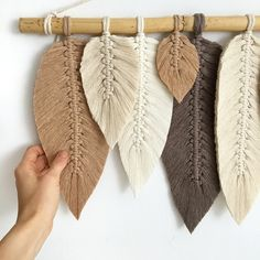 Starannie, ręcznie wykonana na kiju bambusowym, makrama listki . Wykonana ze sznurka bawełnianego skręcanego 3mm Wymiary: Dlugość kija 60cm Wysokość bez zawieszki (najdłuższe piórko) 36cm ps.jest możliwość wysyłki inpostem, proszę uprzednio o wiadomość :) Pozdrawiam i Zapraszam :) ... Crochet Bikini, Boho, Diy, Modern, Trendy Tree, Bricolage, Bohemian, Handyman Projects, Do It Yourself