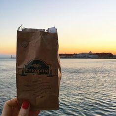 Ηλιοβασίλεμα, παλιά παραλία Θεσσαλονίκης, και ένα σακουλάκι με φρουτοσαλάτα χωρίς ζάχαρη από το Εν Καρπώ. Απόλαυση! Coffee, Drinks, Bags, Food, Kaffee, Drinking, Handbags, Beverages, Essen