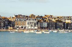 Im Süden von England befindet sich die malerische Stadt St Ives. Feine Sandstrände und klares Wasser prägen das Bild der Stadt. Für die aktiven Urlauber bietet St. Ives eine Vielzahl von Wassersport wie z. B. surfen an. Weitere malerische Orte in Cornwall erleben Sie mit Länder und Leute!