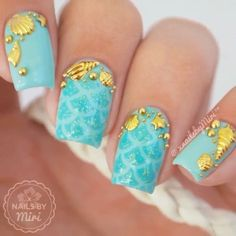 Uñas verdes con dorado – Green and golden nails – Red Unicorn Bright Red Nails, Blue Nails, My Nails, Beach Nail Designs, Nail Art Designs, Golden Nails, Mermaid Nails, Beach Nails, Manicure E Pedicure