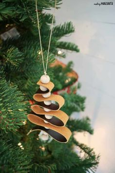 DIY Leather Ornaments - Mini Christmas Tree with Wood Beads Easy Christmas Ornaments, Easy Christmas Decorations, Mini Christmas Tree, Rustic Christmas, Simple Christmas, Handmade Christmas, Holiday Crafts, Diy Ornaments, Ornaments Design