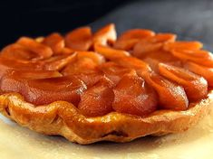 The apple tart you know is flat on the contrary: Tarte Tatin The apple tart you know is flat on the contrary: Tarte Tatin Easy Cake Recipes, Dessert Recipes, Dessert Thermomix, Robot Thermomix, French Desserts, Sweet And Salty, Food Inspiration, Bakery, Food And Drink