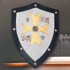Escudo de los Caballeros Templarios con cruz grande en el centro, sello de los caballeros templarios y motivos de flor de lis y león rampante.
