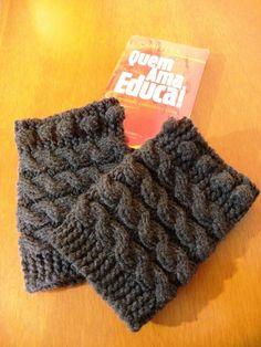Polaina para bota ou Boots Cuffs feita com fio duplo de lã em tom cinza chumbo com motivos de cordas e bolas em tricot.