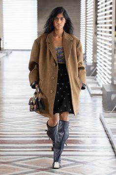 Louis Vuitton | Ready-to-Wear Autumn 2021 | Look 27 Live Fashion, Fashion Week, Runway Fashion, Fashion Show, Paris Fashion, Nicolas Ghesquière, Sweat Shirt, Rome Antique, Dior