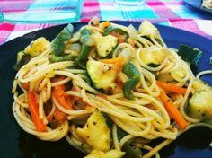 Espaguetis con verduras: zanahoria, calabaza, pimientos, curry