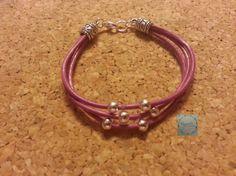 Pulsera en color malva con abalorio, dispobible en varios colores.