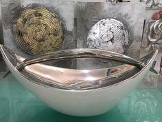 Un centro de lo más original en esmalte blanco y plata. Más en www.virginia.esber.es