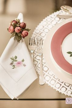 The fabric napkin is a decorative adornment used to compose the table set for important events, such as weddings, Christmas dinner and birthdays. Monogrammed Napkins, Personalized Napkins, Linen Napkins, Embroidery Monogram, Napkin Folding, Wedding Napkins, Table Arrangements, Home And Deco, Decoration Table