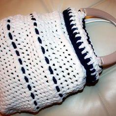 borsa di fettuccia bianca e blu con manici in osso a forma di secchiello