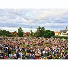 """26 Meter hoch und 400 Kilo schwer - Schwedens längste """"majstång"""" steht seit heute (wie jedes Jahr) in Leksand, Dalarna. 20.000-30.000…"""
