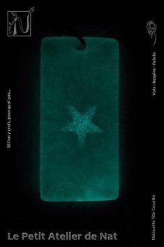 Réalisation [ Fait-Main ] en résine époxy. Lueur dans la nuit, lueur dans le noir, une étoile brille chargée de lumière. Elle s'illumine et transmet son énergie, pour que l'on suive sa propre voie. Écoute - Sens - Respire - Fais-le ! Si l'on y croit, pourquoi pas ! Courage - Force - Détermination. Courage, Cosplay, Blue Necklace, Atelier, Just Breathe, Fantasy, Pendant, Handmade