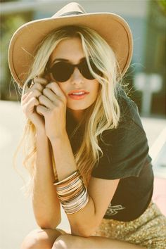Bold lips, sunglasses, jewlery, and a floppy hat - festival accessory perfection.