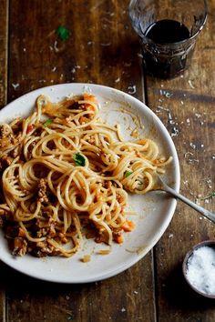 Ingredientes (para 4 pessoas): ↪ 300 g de macarrão (preferencialmente espaguete) ↪ 450 g de carne moída ↪ 2 colheres de sopa...