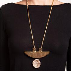 Colar de metal dourado com meia lua e geodo de ágata com borda folheada a ouro