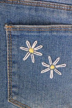 Best Absolutely Free Embroidery Designs jeans Ideas Learn how to embroider daisies onto any fabric with this simple daisy embroidery DIY tutorial. Couture Embroidery, Shirt Embroidery, Crewel Embroidery, Embroidery Kits, Embroidery Needles, Simple Embroidery Designs, Flower Embroidery, Jeans With Embroidery, Diy Jean Embroidery