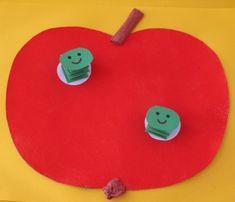 Červavé jablíčko Preschool Apple Theme, Tree Crafts, Apple Tree, Triangle, Kids Rugs, Apples, Printables, Artists, Kid Friendly Rugs