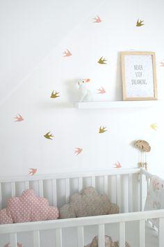 Stickers envol d'hirondelles, coloris rose poudré et doré pour une chambre pleine de poésie.