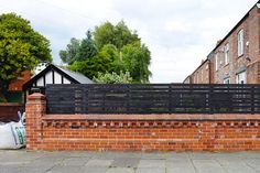 Easy DIY Guide: How To Build A Slatted Fence. Step by step tutorial with photos, cost breakdown and time-saving tips & tricks to build your own garden fence Building A Brick Wall, Building A Fence, Trellis Fence, Diy Trellis, Garden Retaining Wall, Garden Fencing, Retaining Walls, Brick Fence, Front Yard Fence